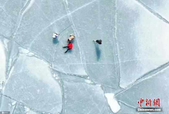 奇特的图案出现在日本冰冻的九州湖上