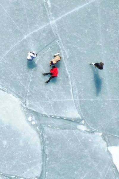 Peculiar pattern appears on frozen Kyushu lake in Japan
