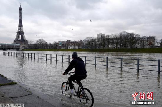 塞纳河河岸因巴黎持续降雨而被淹