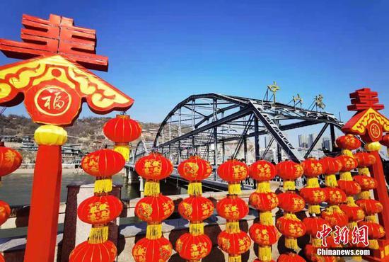 黄河第一桥春节装饰红灯笼