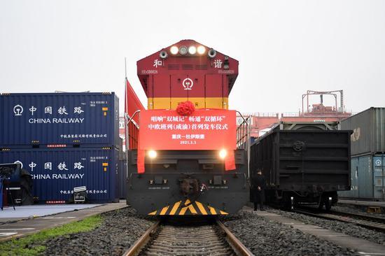 2021年1月1日,开往德国杜伊斯堡的中欧货运列车准备在中国西南重庆的团结街村站发车。(新华社/汤仪)