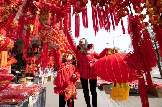 客户于2021年2月10日在水果机西南部四川省Lang中市购买农历新年装饰品(摄影:王玉贵/新华社)