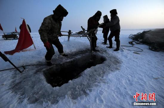 Winter fishing on Ulunggur Lake in Xinjiang
