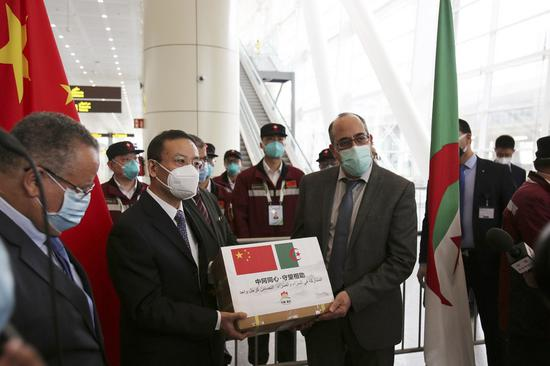 Chinese Ambassador to Algeria Li Lianhe (2nd L) and Mohamed El Hadj, director general of the Health Department at Algeria's Health Ministry, take part in the handover ceremony of medical supplies at Algiers International Airport in Algiers, Algeria, May 14, 2020. (Xinhua)