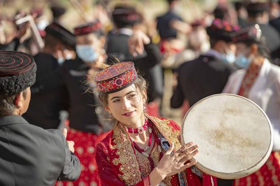 A Uygur ethnic performer is seen during a festival celebration in Urumqi, Xinjiang Uygur autonomous region in this file photo taken on June 25, 2021. (Photo/Xinhua)