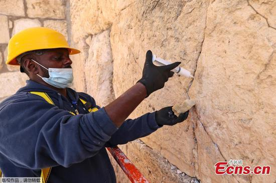 Cracks of Jerusalem's Western Wall get full treatment