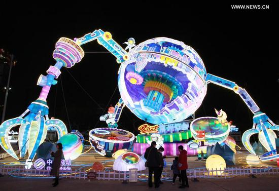 People view lanterns ahead of Chinese lantern festival in E China's Jiangsu