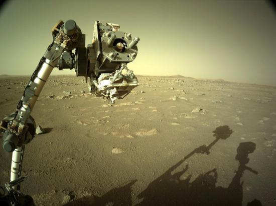 美国宇航局坚持不懈的流动站在火星上检查其机器人手臂