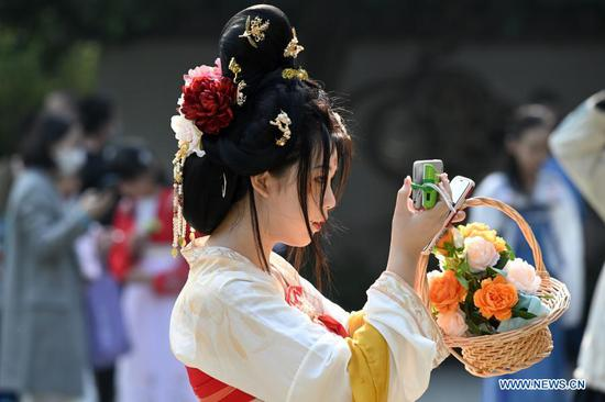 People in traditional costumes celebrate Flower Festival in Fujian