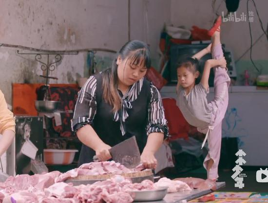 A video clip of a girl dancing at a pork stall in a village in Southwest China's Yunnan province went viral online, moving many netizens. (Photo: China Daily)