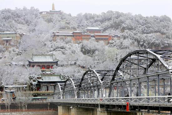 Spring snow hits NW China's Lanzhou