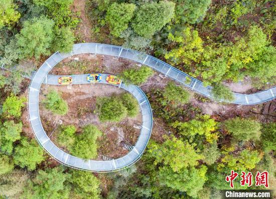 Dream-like glass water slide boosts tourism in C China