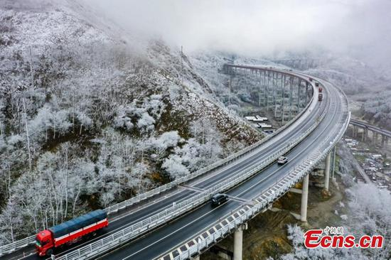 Spring snow blankets SW China's city