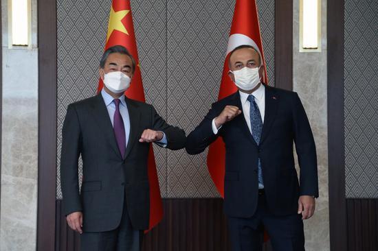 Chinese Foreign Minister Wang Yi (L) meets with his Turkish counterpart Mevlut Cavusoglu in Ankara, Turkey, on March 25, 2021. (Xinhua/Mustafa kaya)