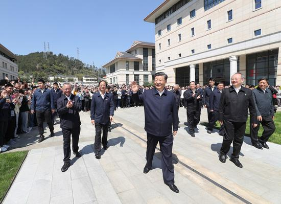 President Xi Jinping, also general secretary of the Communist Party of China Central Committee and chairman of the Central Military Commission, greets teachers and students during an inspection at Minjiang University in Fuzhou, Fujian Province, March 25, 2021. (Xinhua/Wang Ye)