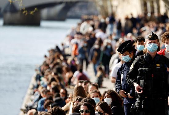 尽管科迪德 -  19流行病,但巴黎人陶醉于塞纳河沿着塞纳河的春景