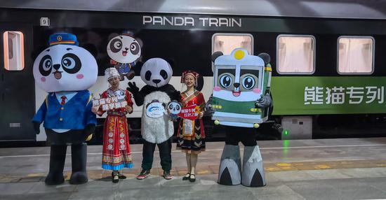 中国第一个熊猫主题旅游火车在四川开始运作
