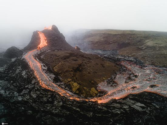 摄影师目击者在冰岛爆发的冰岛火山