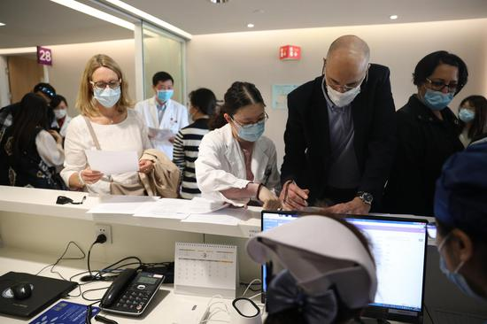Shanghai vaccinates foreigners against COVID-19