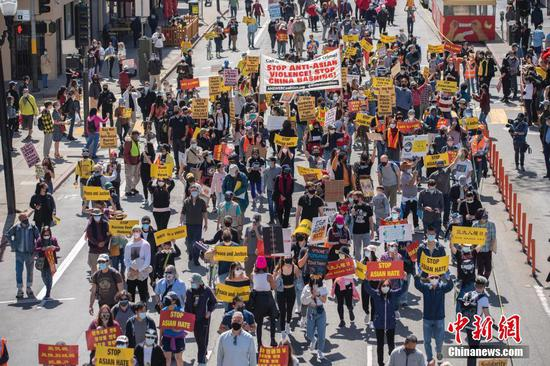 People took to the streets of Los Angles and throughout other major U.S. cities in response to the rise in violence against Asians, March 27, 2021. (China News Service/Liu Guanguan)