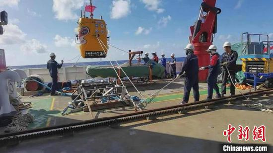 China's autonomous submersible scripts new diving record of 7,709 meters