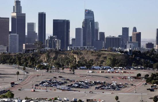 Motorists line up to receive inoculation at a COVID-19 vaccination site at Dodger Stadium in Los Angeles, California, the United States, Jan. 15, 2021. (Photo/Xinhua)
