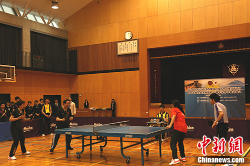 Japanese and Chinese table tennis players exchange with each other to celebrate the 40th anniversary of the signing of the China-Japan Treaty of Peace and Friendship in Nagoya, April 3, 2018. (China News Service/Lv ShaoWei)
