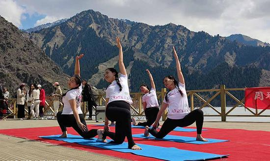 Yoga performance at Tianchi Scenic Area attracts tourists