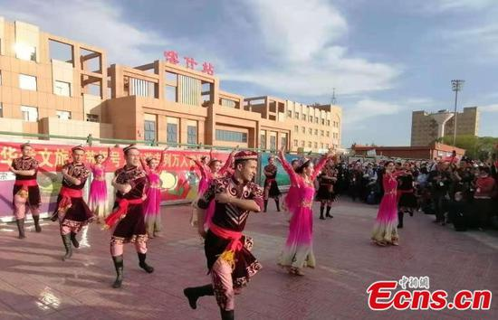 A special tourist train arrives in Kashgar of Xinjiang on April 19, 2021. (Photo/China News Service)