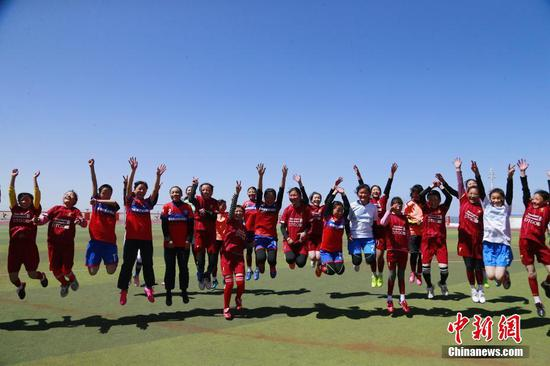 Female football team ignites Tibetan teenagers' dreams