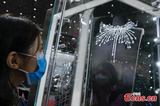 188 million yuan 'Eye of Time' diamond necklace debuts at first consumer goods expo