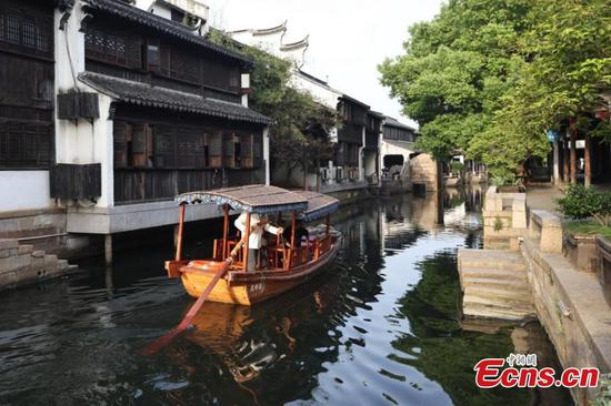 People enjoy slow life of watery place in Lili ancient town