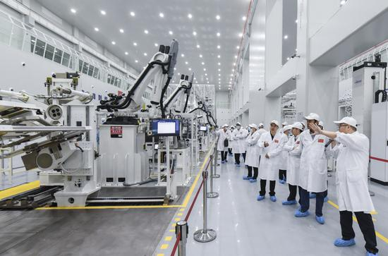 Guests visit the country's first smart assembly line for small satellites at Wuhan National Space Industry Base in Wuhan, Hubei province, on Thursday, as they attended a ceremony celebrating the first satellite made by the facility.  (HU DONGDONG/CHANGJIANG DAILY)