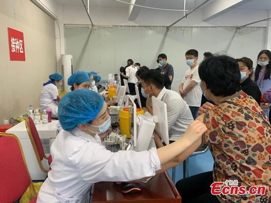Communities in Hefei inoculate COVID-19 vaccination for residents