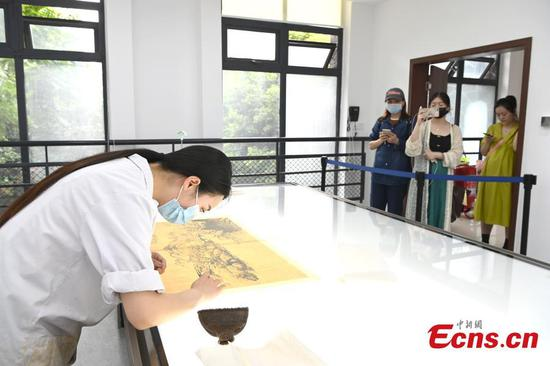 People experience cultural relic restoration craft at Sichuan Museum