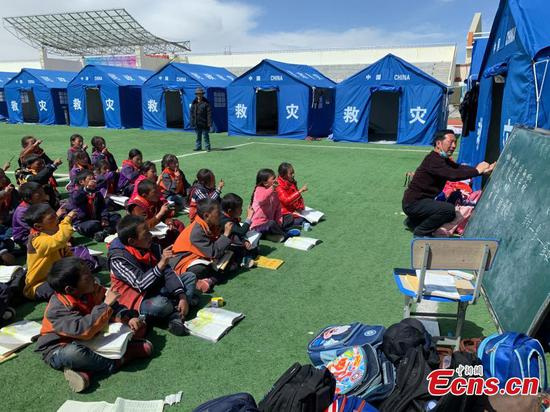 Students affected by earthquake resume classes at Maduo, Qinghai