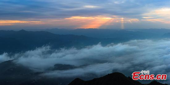 Amazing sea of cloud appears over township in Hubei