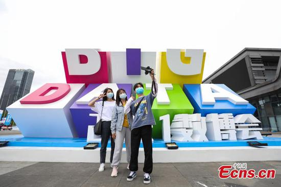 Advanced techs at Int'l Big Data Expo in Guizhou appeal to visitors