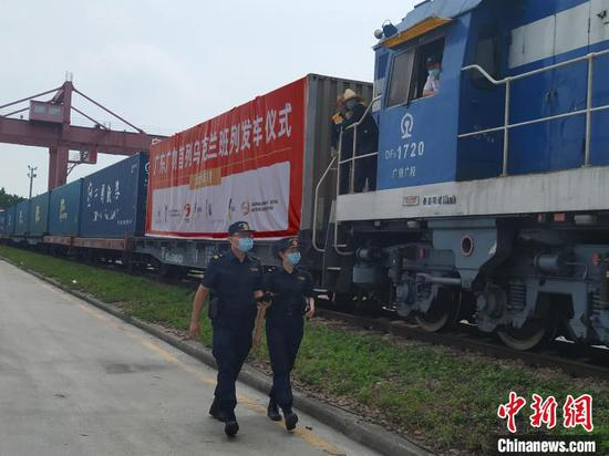 Custom officers check the China-Europe freight train. (Photo/China News Service)