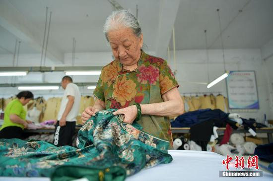 86-year-old grandma in Hebei spends most her life on traditional cheongsam