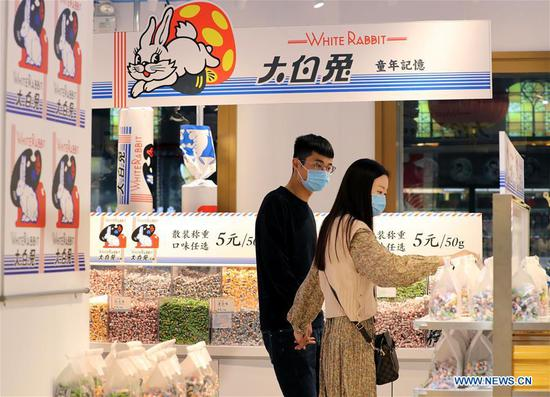 People shop at a White Rabbit candy franchise shop at Yuyuan Garden in Shanghai, East China, on Oct 8, 2020. (Photo/Xinhua)