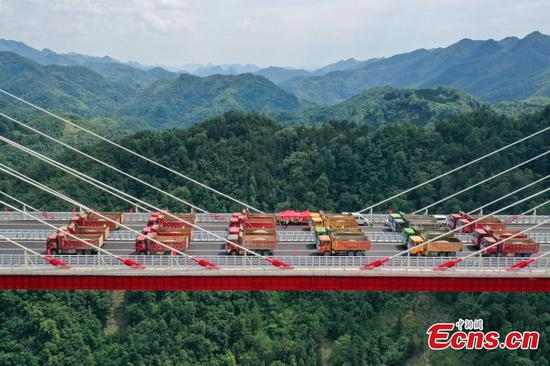 Yunwu Bridge in SW China's Guizhou undergoes 840-ton load test