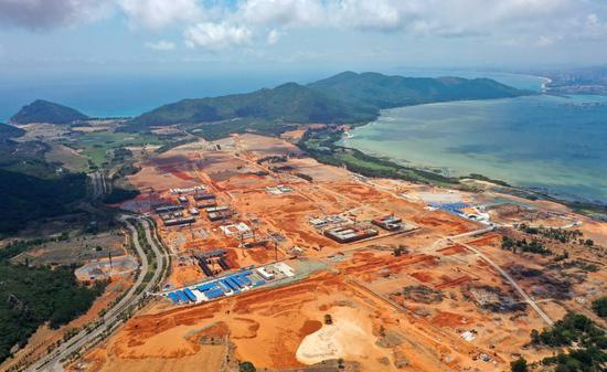 Aerial photo taken on April 4, 2021 shows the construction site of Lingshui Li'an international education innovation pilot zone in Li'an peninsula of Lingshui Li Autonomous County, south China's Hainan Province. (Xinhua/Guo Cheng)