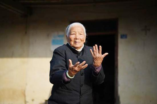 98-year-old Chinese kung fu granny always prepared to help
