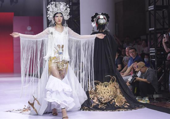Fashion show designed by college students staged in Shandong