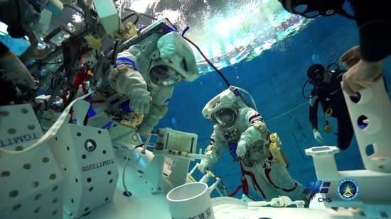 Chinese astronauts receive underwater training simulating weightlessness