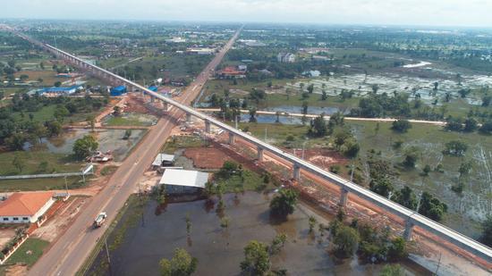 Photo taken with a drone on June 15, 2021 shows the Phonethong super major bridge under construction in Vientiane, Laos. (CREC-5/ Handout via Xinhua)