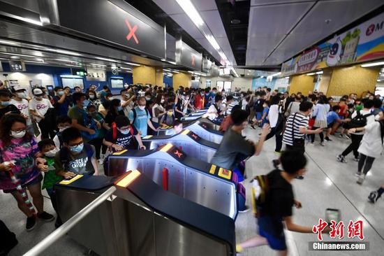 Longest Hong Kong rail line put into service, attracting hundred enthusiasts