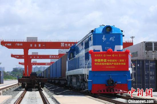 A China-Europe freight train departs from Pinghu South Station in Shenzhen, Guangdong Province on Thursday. (Photo/China News Service)