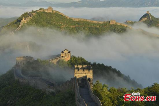 Spectacular sea of clouds hover over Great Wall in Jinshanling